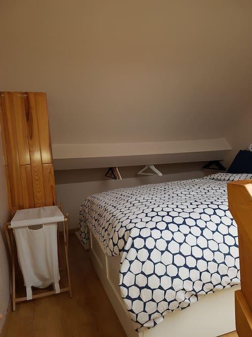 La chambre avec cintres compris.