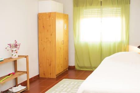 Quarto/Room em Aveiro - Aveiro - Квартира