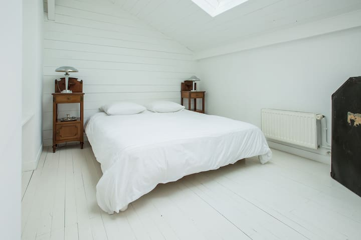Master bedroom : queen size bed