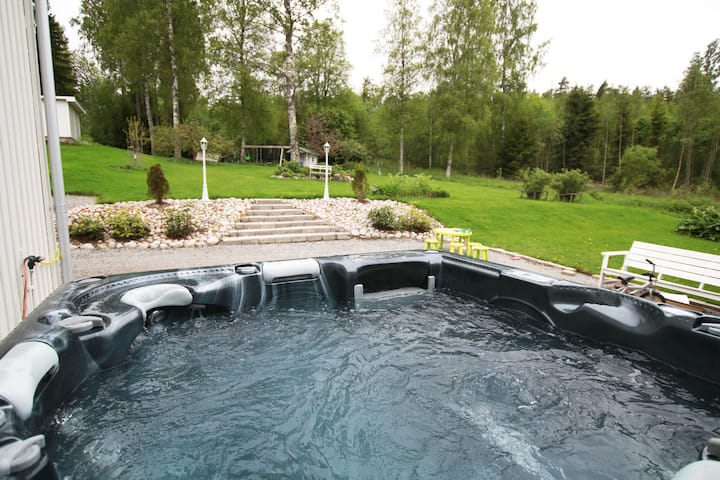 Spacious house near city - jacuzzi