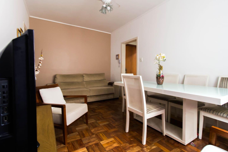 Ambiente confortável (super bem localizado) incluindo wi-fi, segurança, móveis contemporâneos e sofá que pode virar cama.