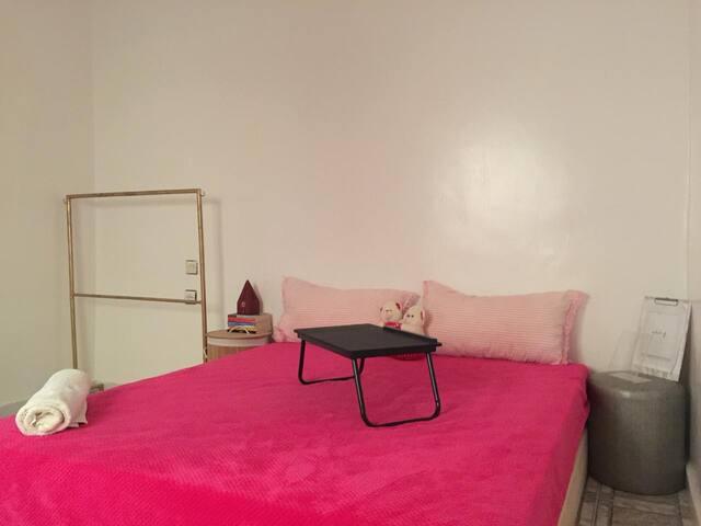 Cozy private room in city beach