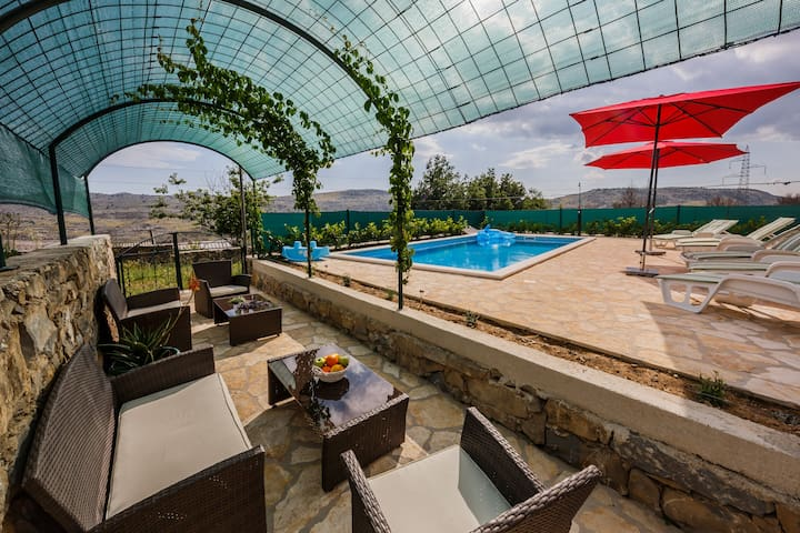 Cherry Tree with pool near Split (Trešnja)