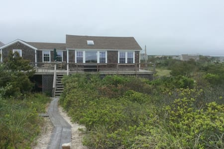 TREASURED QUOGUE BEACH HOUSE- FIRST TIME OFFERED - Maison