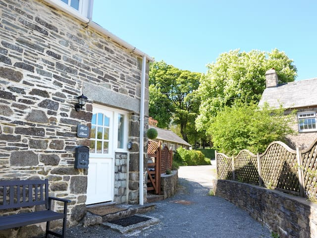 HELE STONE COTTAGE, pet friendly in Polyphant, Ref 979367