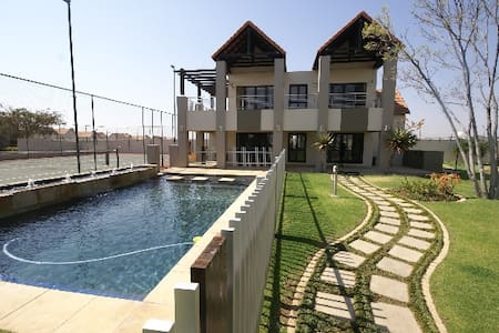 Modern, Private Room in hip and happening Fourways - Sandton