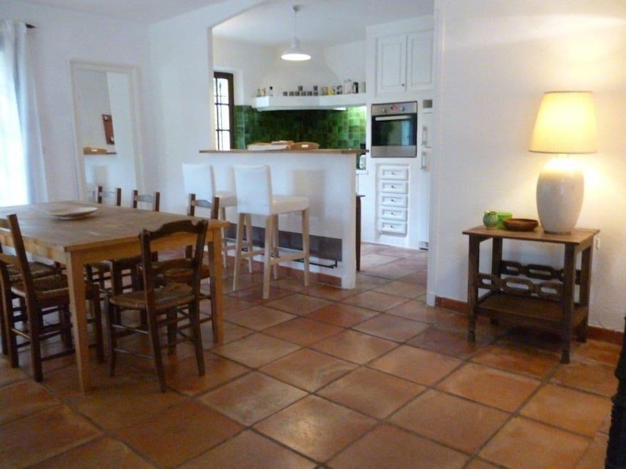 Salle à manger & cuisine - Dining room & kitchen - Esszimmer & Küche