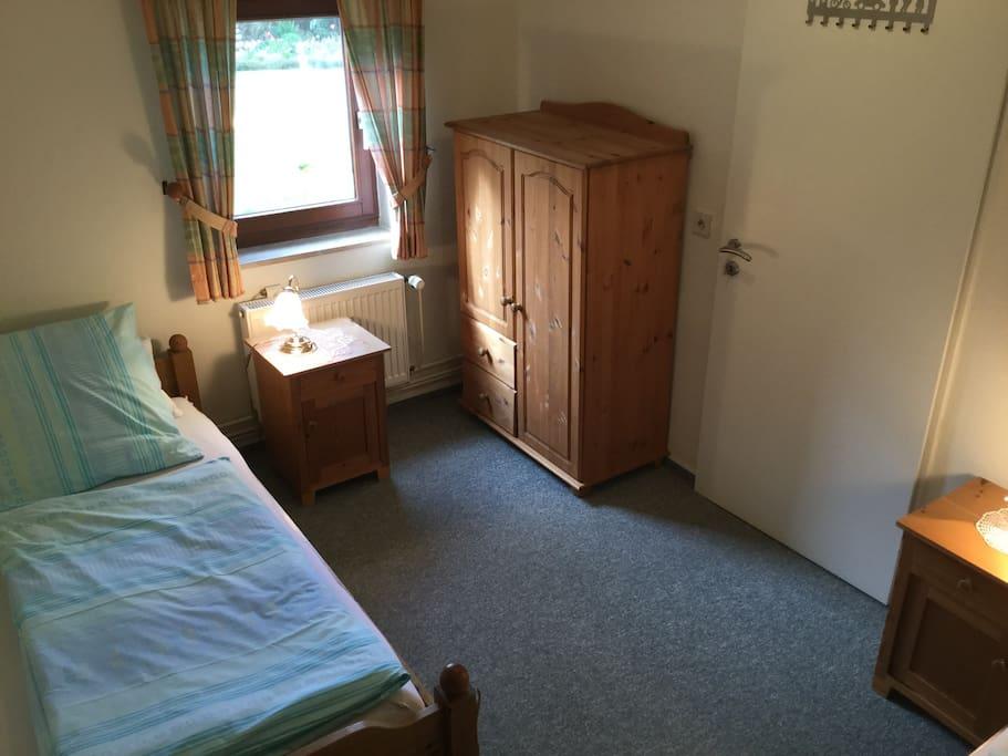 2. Schlafzimmer mit 2 Einzelbetten mit Gartenblick