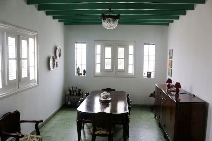 Comedor con amplias ventanas y techo de portablas, da frescura