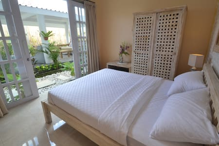 Room in CENTRAL Canggu. 1 KM walk to Beach(2)