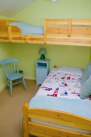 2 single beds ( 1 via a ladder )
