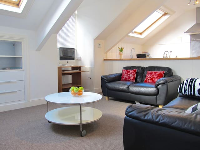 The Hideaway, Stylish Loft apartment & parking - Plymouth - Daire