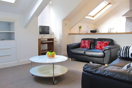 The Hideaway, Stylish Loft apartment & parking - Plymouth