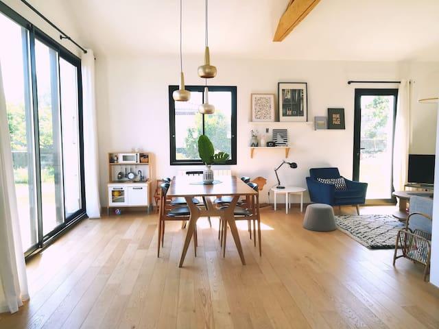 Maison lumineuse et spacieuse avec jardin calme.