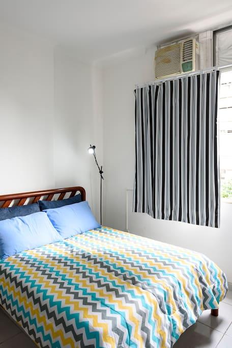 Luminária e cortina corta-luz