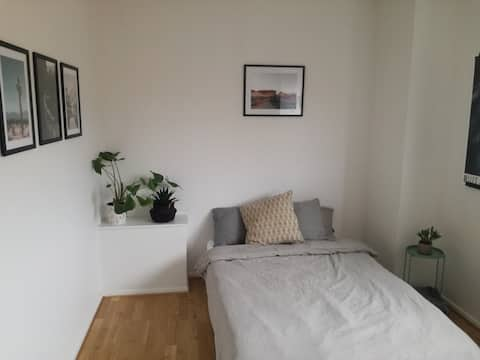 Cozy & clean room 1 bus stop from city center!