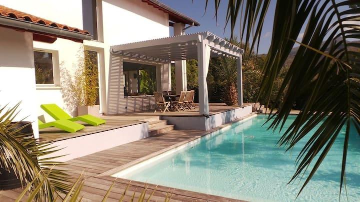 Villa avec grande piscine, mer & montagne