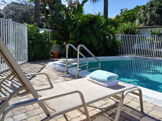 Tropical Oasis ** Spacious 2/2** Pool**  Parking