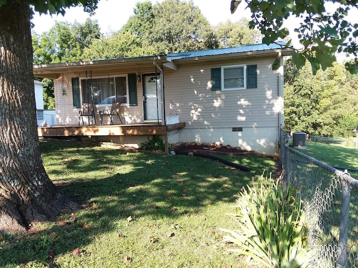 Cozy / Dog Friendly home, close to Cherokee Lake!