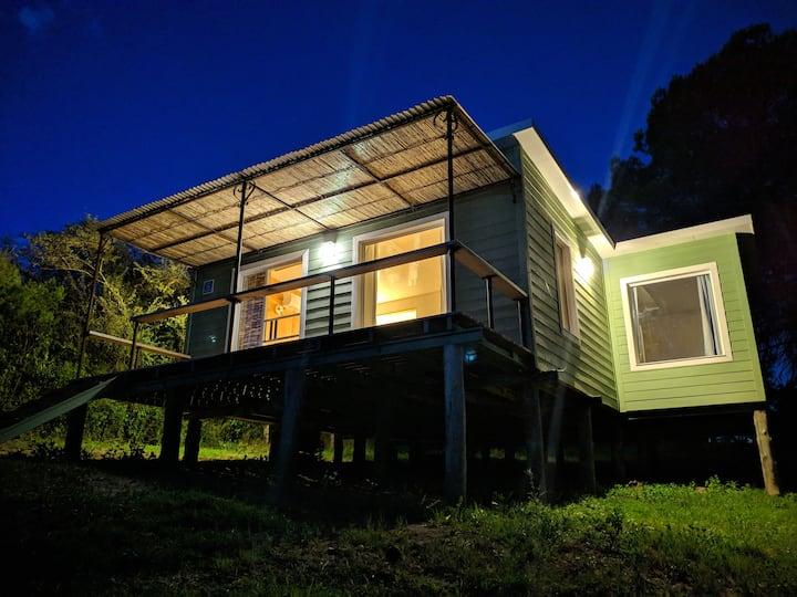 Casa en medio de un entorno natural.