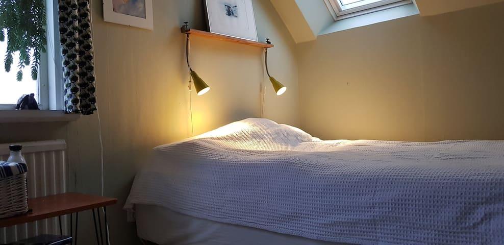 Lilla sovrummet med en dubbelsäng