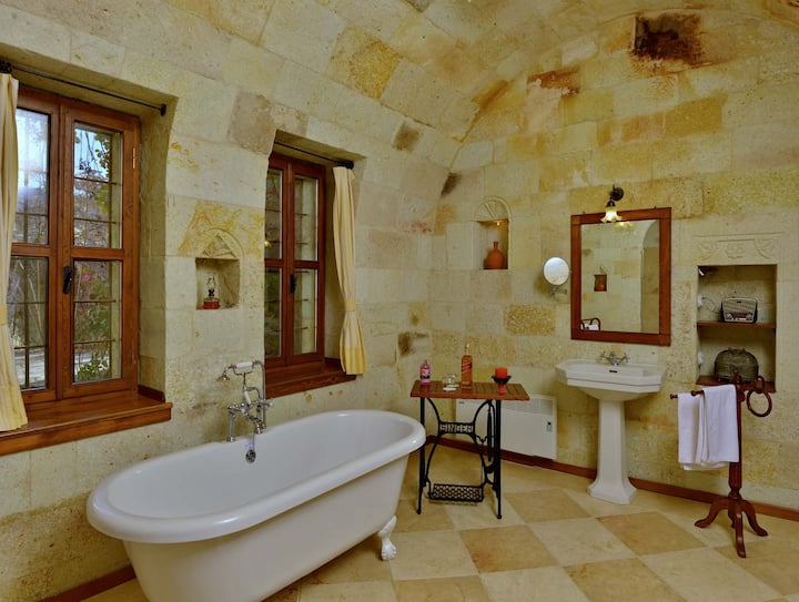 Luxury Stone Arch House, 3 Rooms for 2 to 4 Guests