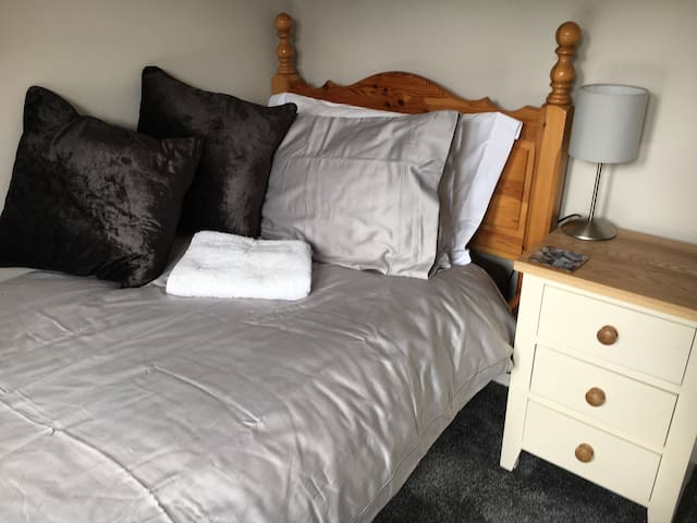 SINGLE COMFY BED WIFI Close to Brookhouse Training