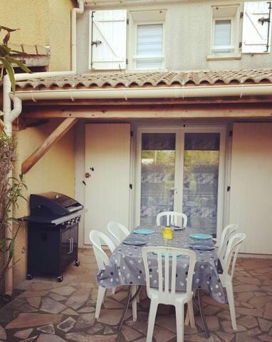terrasse privée, avec barbecue et portail