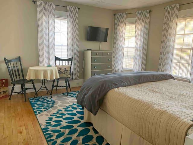 Front bedroom - queen bed