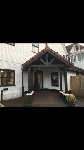 Spacious room with four posted bed - Eastchurch