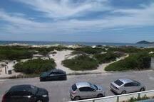 Foto da saída do prédio com acesso direto a praia
