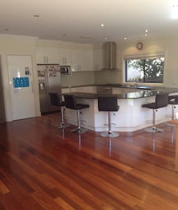 Large family home. Sleeps 12. - Kellyville Ridge - House