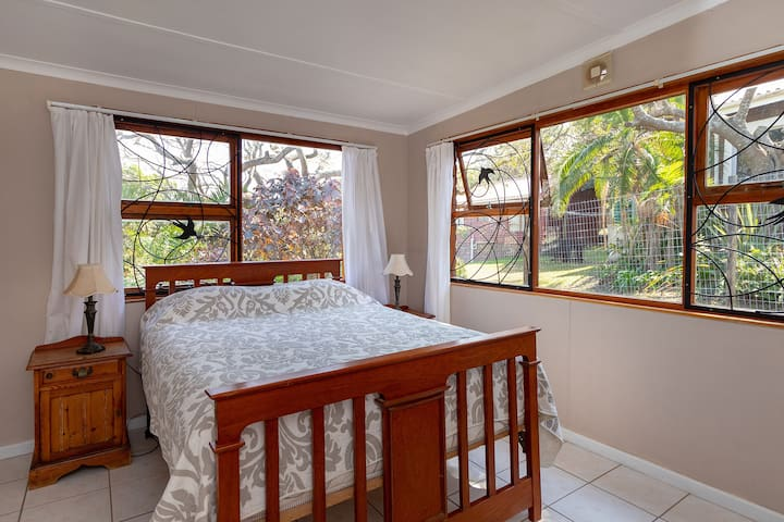 Pet and people-friendly house - easy walk to beach