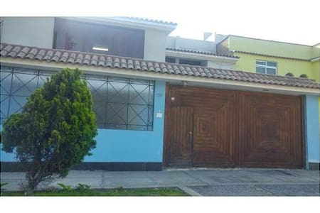 House in front of park, near to mall - Surquillo