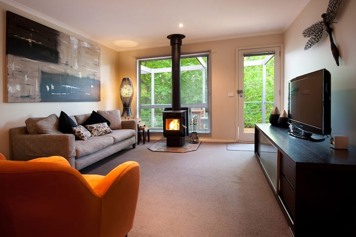 Eastern View Villa - Wood Fire and Free Wifi!