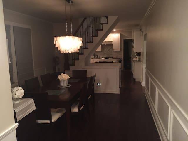 Private Home/Quiet Neighborhood/Nightlife Friendly