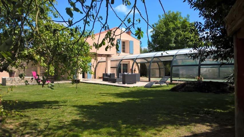 Maison marais avec piscine abritée 9/10 personnes - Amuré - Dům