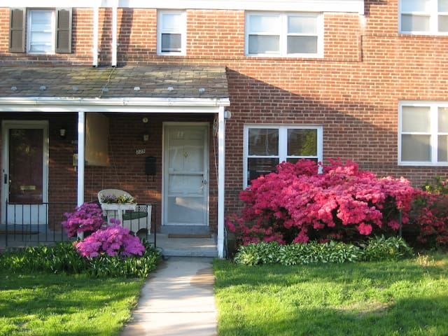 A tidy rowhouse - Towson - Hus