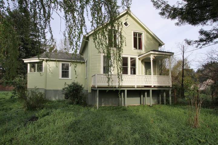 1860's Victorian Farmhouse w/1 acre - Petaluma - House
