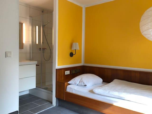 schönes ruhiges Zimmer mit neuem Bad/WC