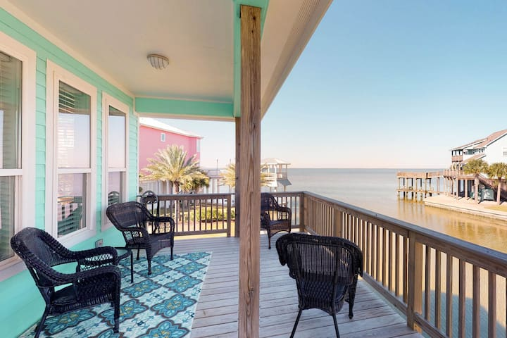 Dog-friendly home w/bay view, shared pool -close to beach!