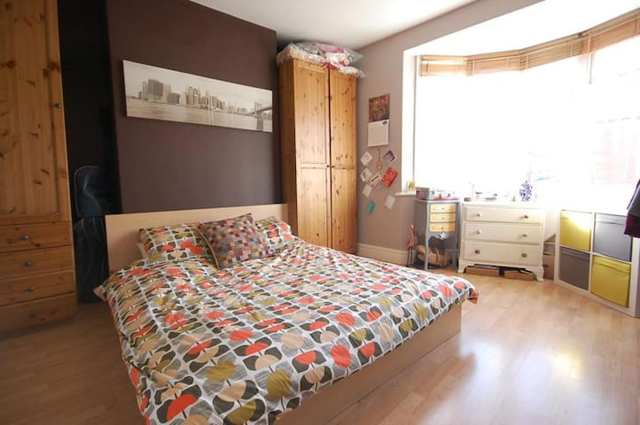Spacious King room in warm and cozy Heaton flat - Newcastle upon Tyne - Byt