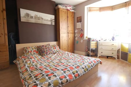 Spacious King room in warm and cozy Heaton flat - Newcastle upon Tyne