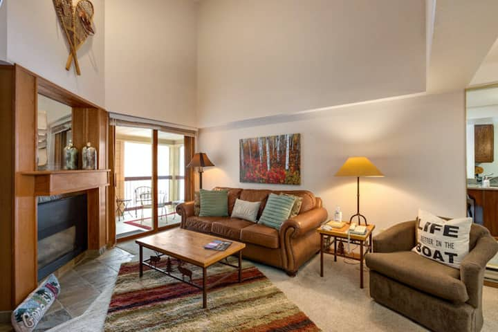 Efficient condo overlooking the slopes w/ full kitchen & private balcony