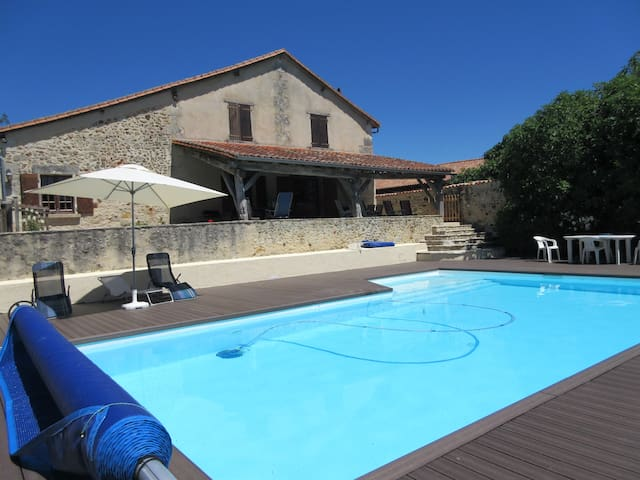 Family friendly holiday home with heated pool. - Festalemps - House