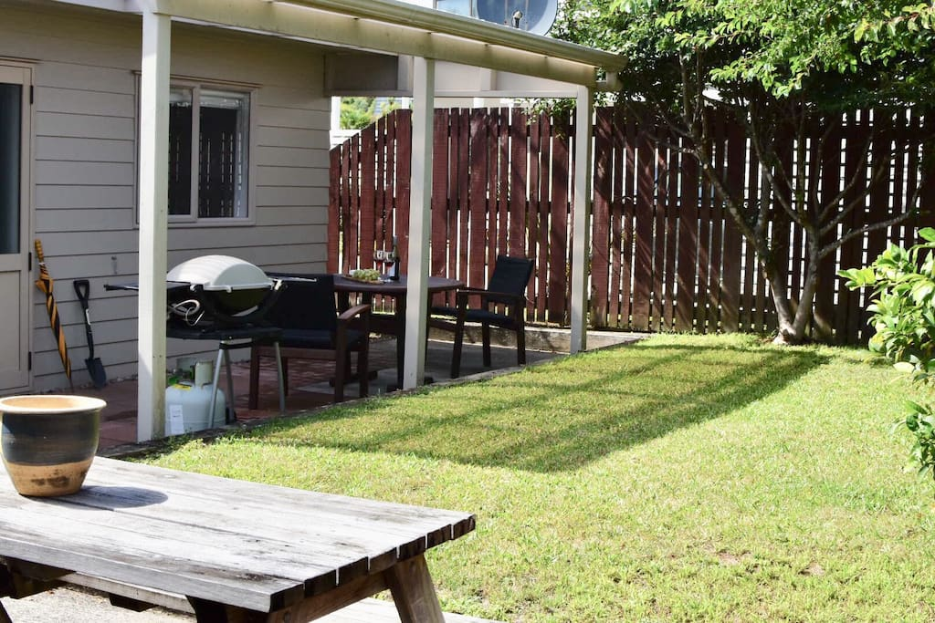 Private outdoor yard, weber bbq, shovel for hot water beach visits and umbrella for rainy days.
