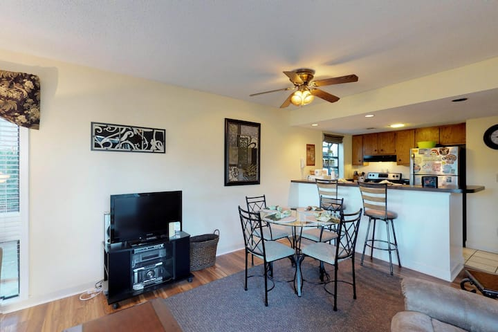 Snowbird friendly condo w/ shared pools, hot tub, sauna, & tennis courts!