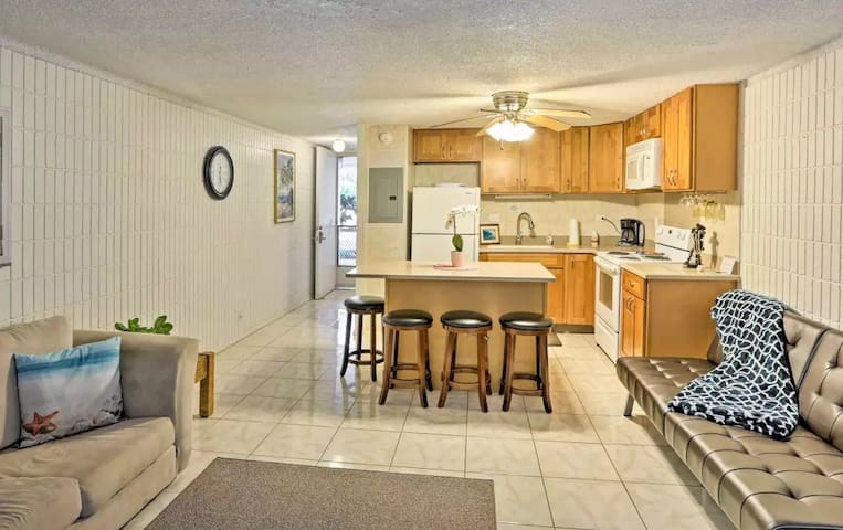 Comfortably sleep 4 in beds; full sized and renovated studio condo on the crystal clear waters of the Pacific Ocean.