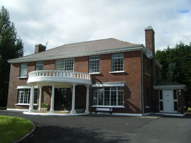 Lovely sunny lake view family home - Westport - House
