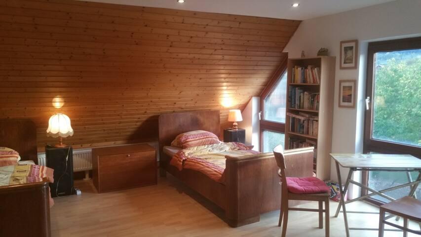 2-Bett-Zimmer mit Blick in den Garten